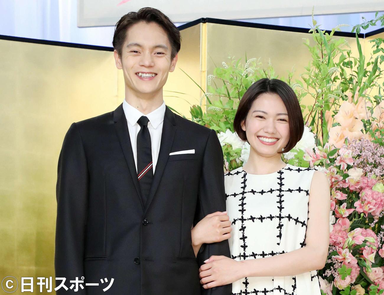 NHK連続テレビ小説「エール」の窪田正孝(左)と二階堂ふみ