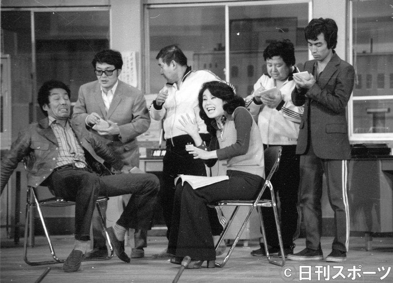 TBS「8時だョ!全員集合」 この日の生放送を最後に抜ける荒井注さん(左から3人目)に代わって、4月1日からドリフターズの正式メンバーになる志村けんさん(右端)。左からいかりや長介さん、仲本工事、1人おいてちあきなおみ、高木ブー(1974年3月30日)