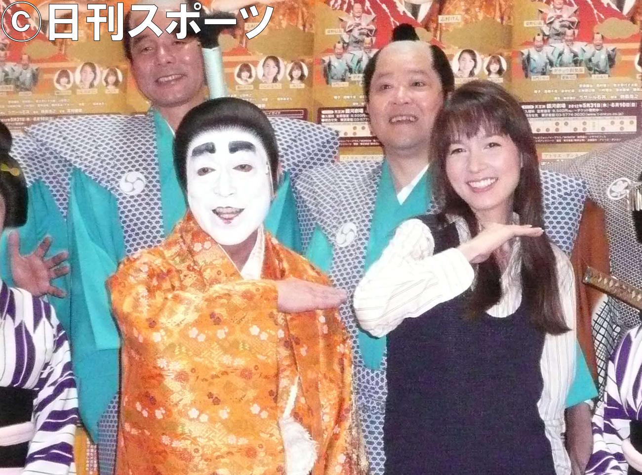 舞台「志村魂」会見を行った志村けんさん(左)、いしのようこら(2012年5月31日撮影)