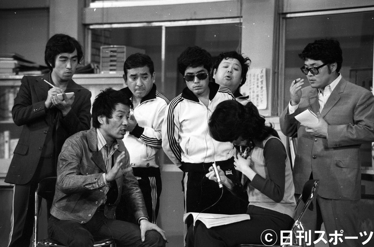 1974年3月30日の生放送「8時だョ!全員集合」。左から志村けんさん、いかりや長介さん、荒井注さん、加藤茶、高木ブー、ちあきなおみ、仲本工事