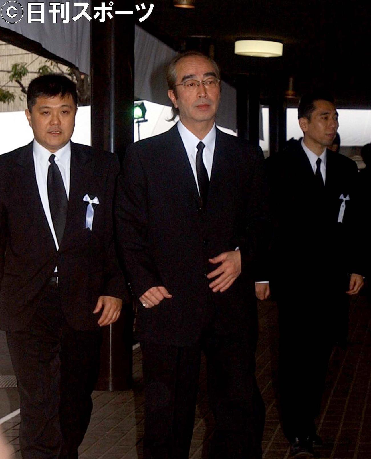いかりや長介さんの通夜に訪れた志村けんさん(2004年3月23日撮影)