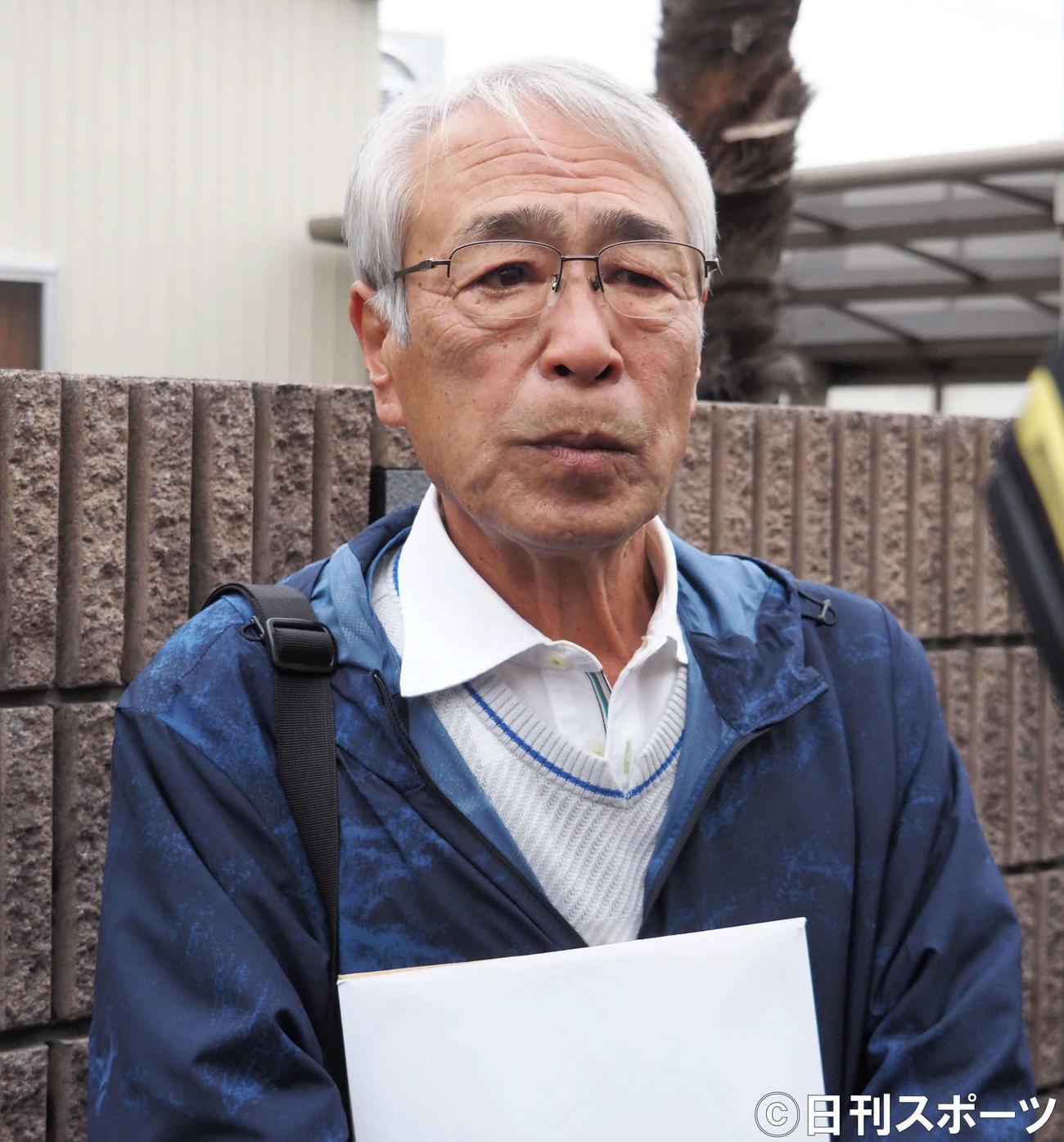 東村山の実家前で取材に応じる志村けんさんの兄知之さん(撮影・遠藤尚子)