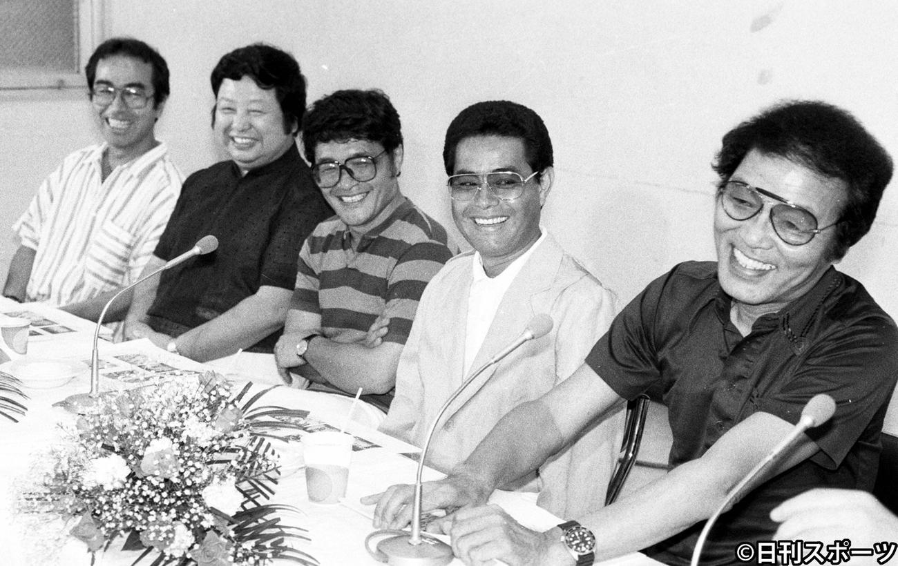 ザ・ドリフターズの手前から、いかりや長介さん、加藤茶、仲本工事、高木ブー、志村けんさん(1985年7月19日撮影)