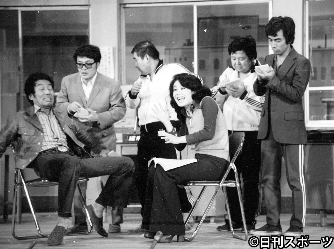 TBS「8時だョ! 全員集合」この日の生放送を最後に抜ける荒井注さん(左から3人目)に代わって、4月1日からドリフターズの正式メンバーになる志村けんさん(右端)(1974年3月30日撮影)