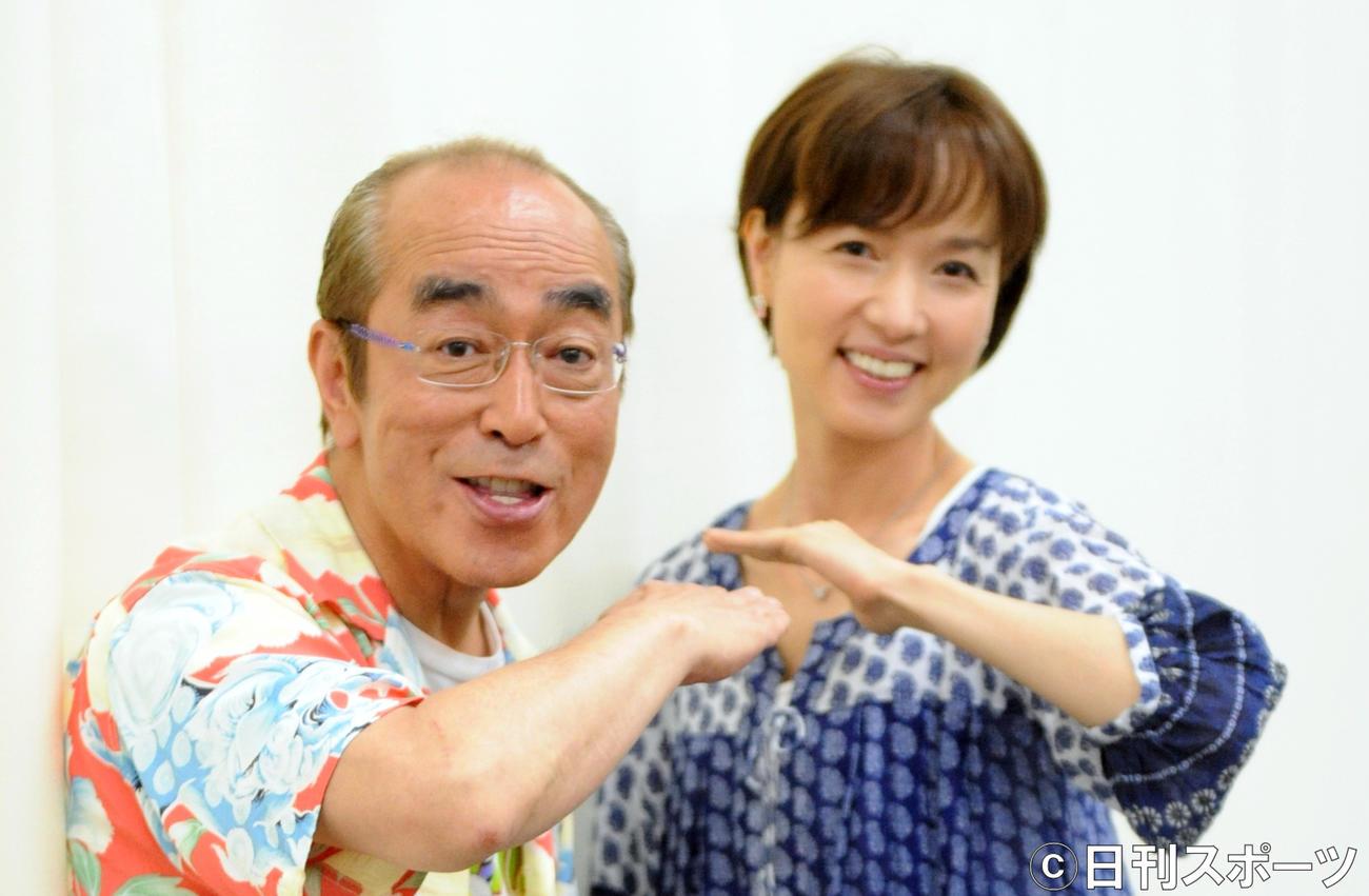 「アイ~ン」のポーズを取る志村けんさん(左)といしのようこ(2013年5月30日撮影)