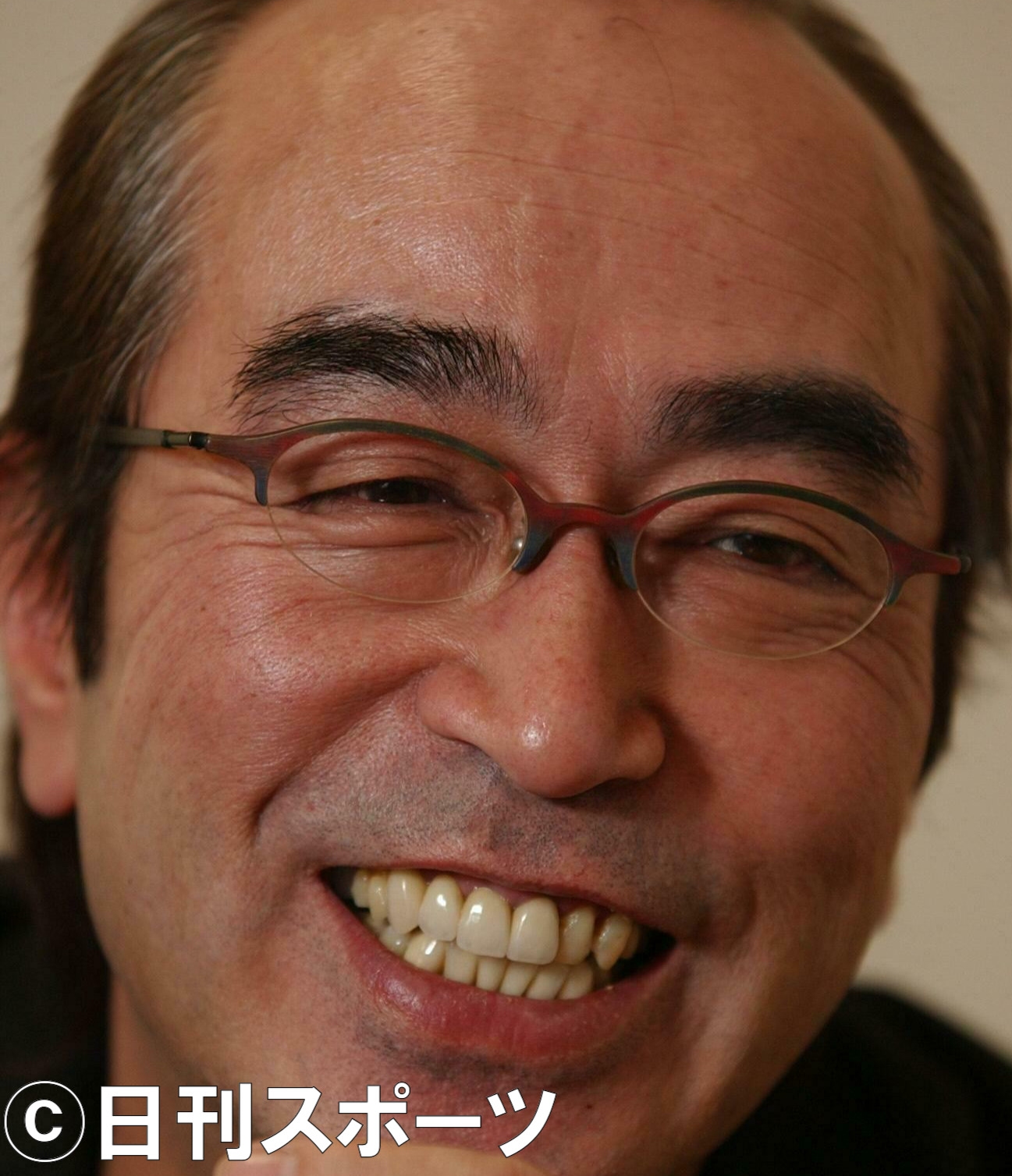 インタビューにこたえる志村けん(2003年12月24日撮影)