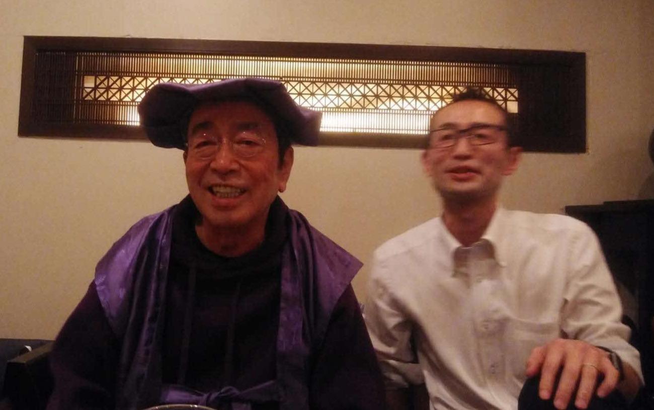 2月25日、古希祝いで笑みを浮かべる志村けんさん(左)。右はけんさんのおい、志村憲之さん(遺族提供)