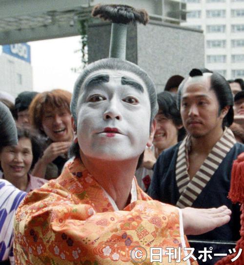 ビデオ「志村けんのバカ殿様1」発売を記念して、東京・新宿で大名行列を行った志村けんさん(1998年6月28日撮影)