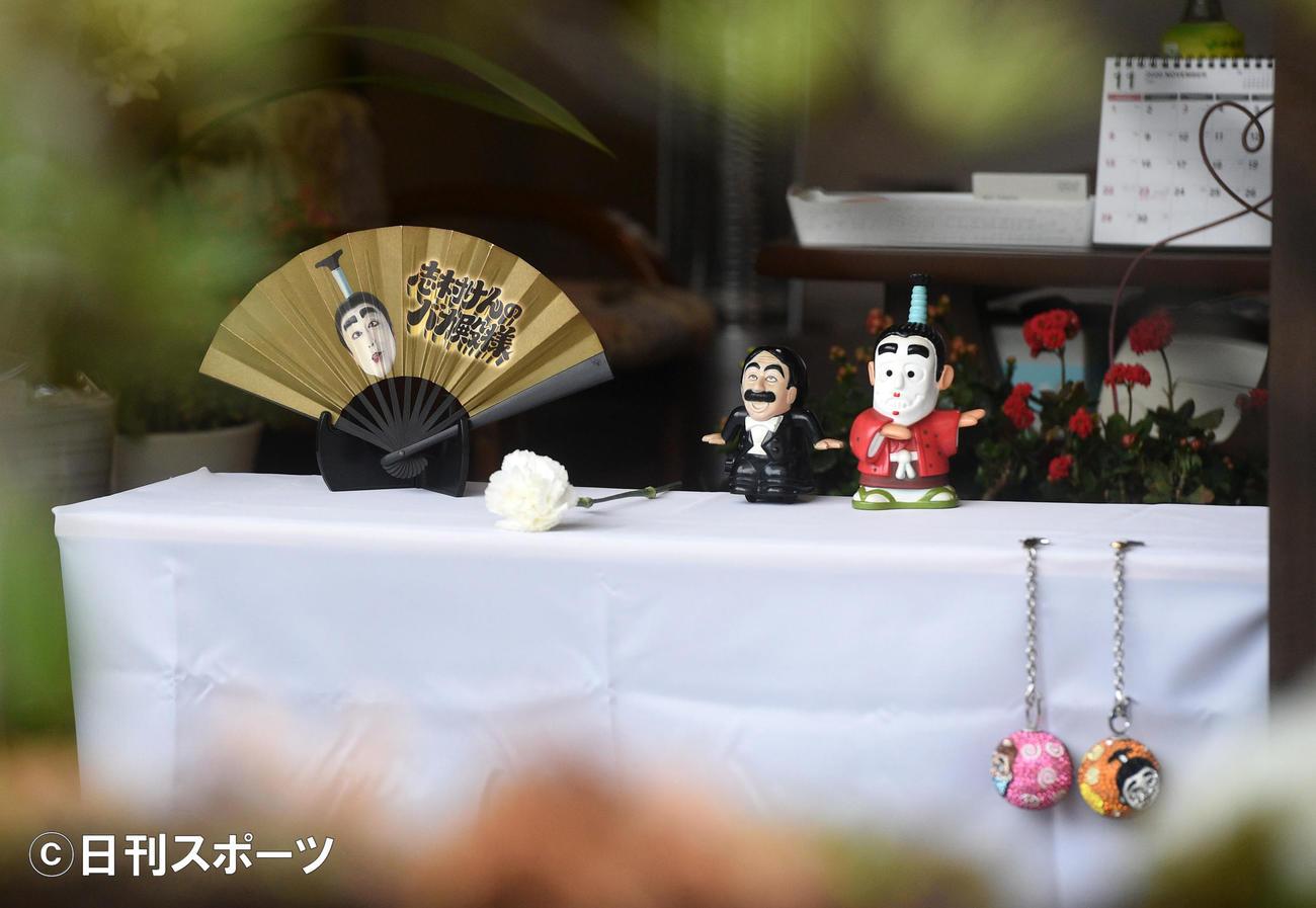 東村山の実家には志村けんさんの献花台が設置されグッズか置かれていた(撮影・柴田隆二)