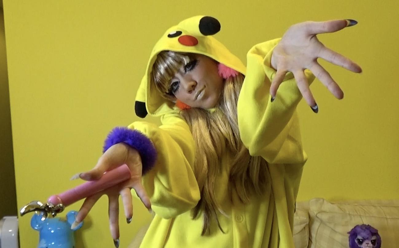 自身初の公式YouTubeチャンネル「仲里依紗です」でガングロメークを披露する仲里依紗