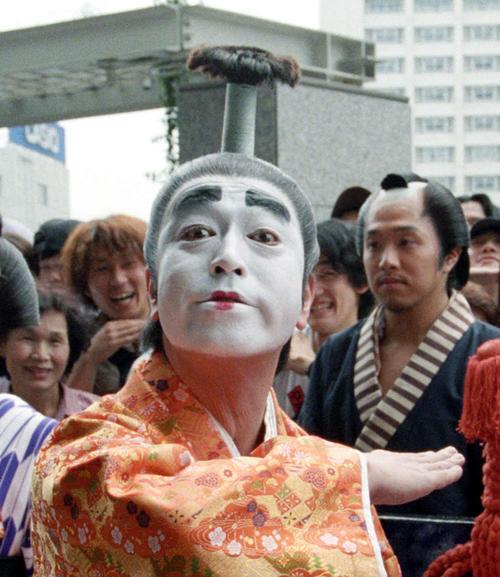 ビデオ「志村けんのバカ殿様1」発売を記念して、東京・新宿で大名行列を行った志村けん(中央)と田代まさし(右) 1998/06/28 ネガ番号文化B6830−3−6 アイーン