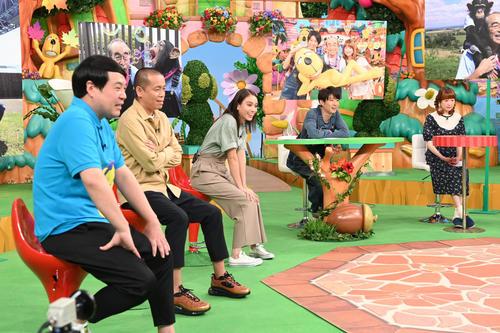 「天才!志村どうぶつ園 特別編」で志村さんの写真の前で収録に参加した相葉雅紀(右から2人目)ら出演者たち