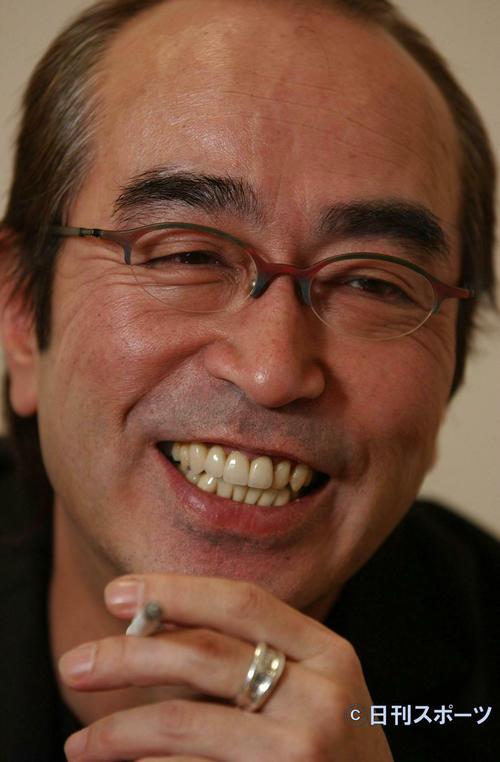 03年12月、インタビューで笑顔を見せる志村けんさん