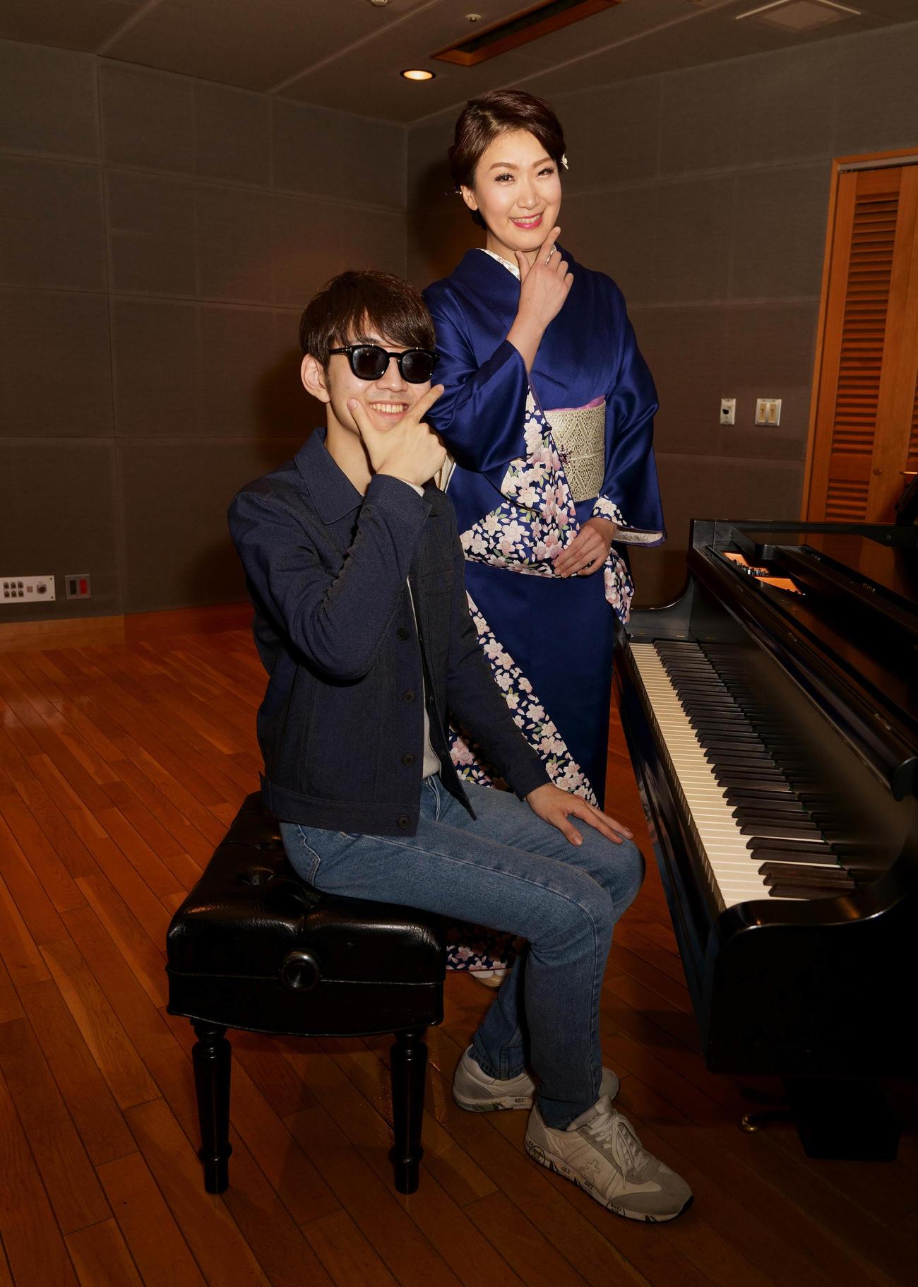 人気ピアノユーチューバーよみぃ(左)と初コラボした市川由紀乃