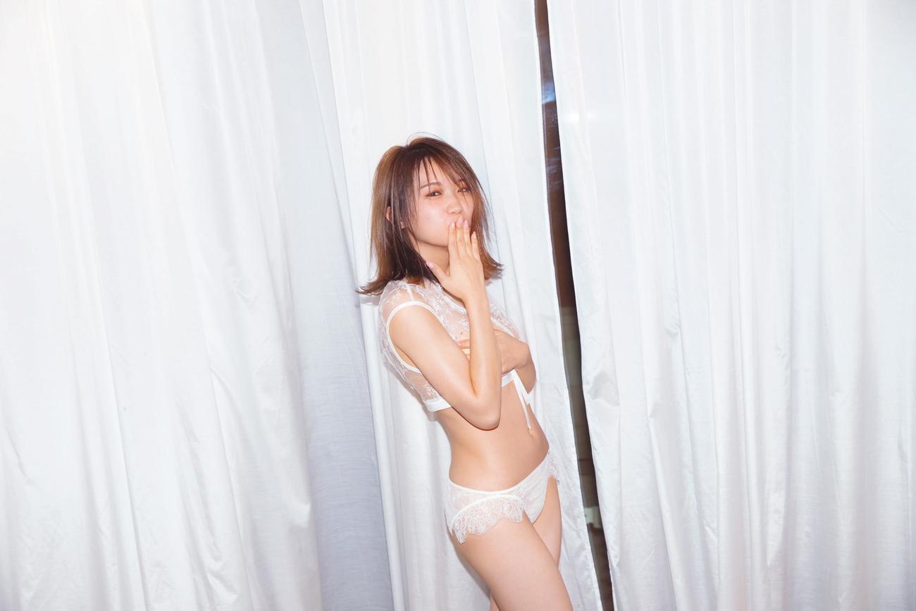 秋元真夏セカンド写真集「しあわせにしたい」の先行カット