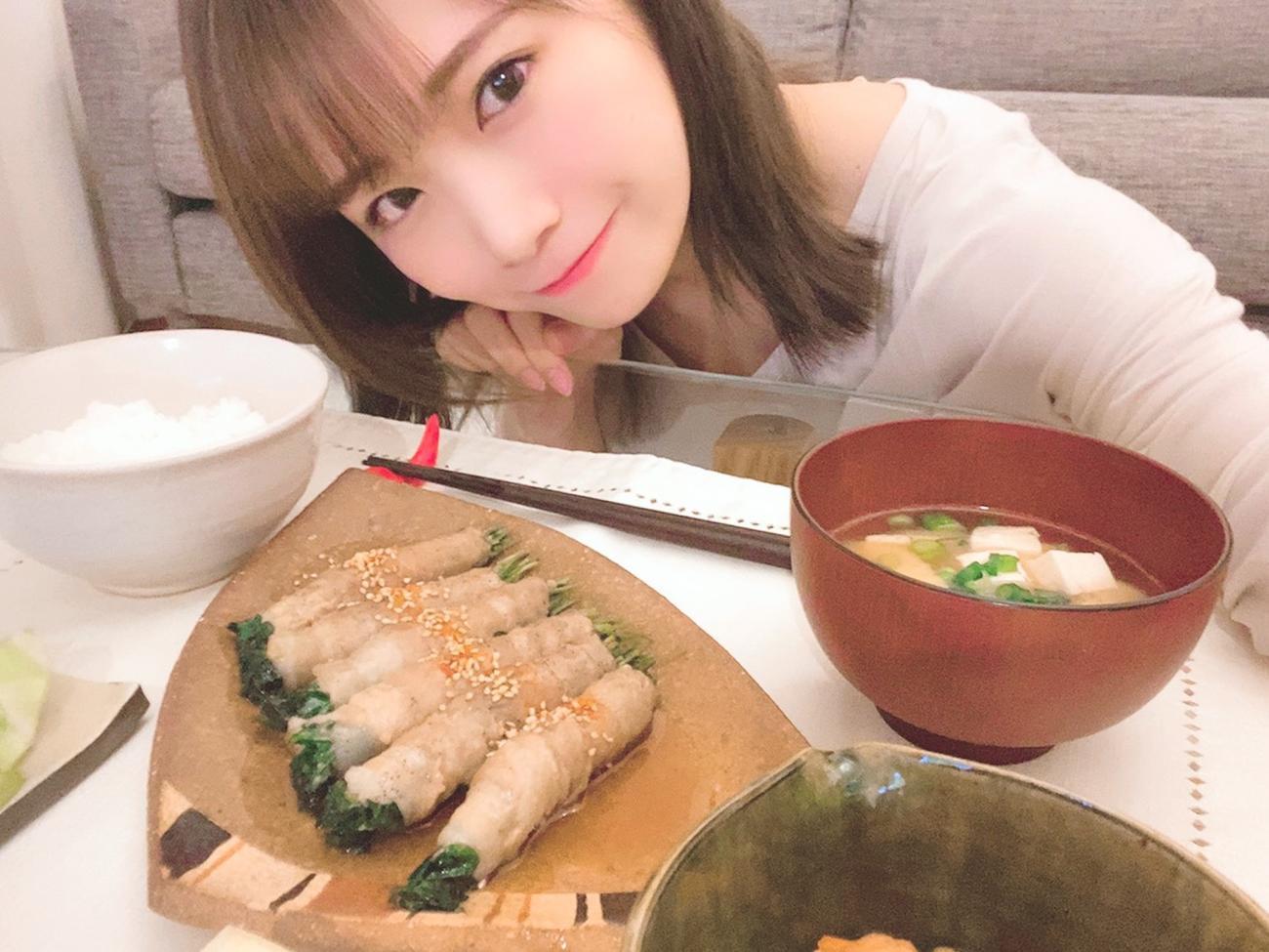 自宅で料理をして笑顔を見せる秋元真夏