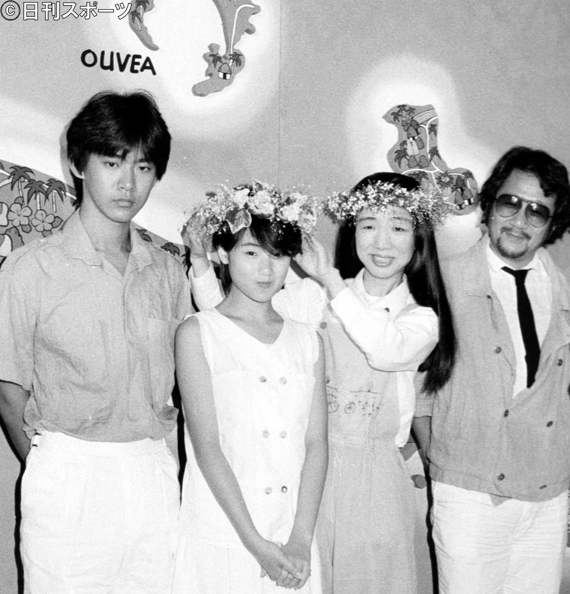 84年、映画「天国にいちばん近い島」の製作発表に出席した大林宣彦監督(右端)。中央は原田知世