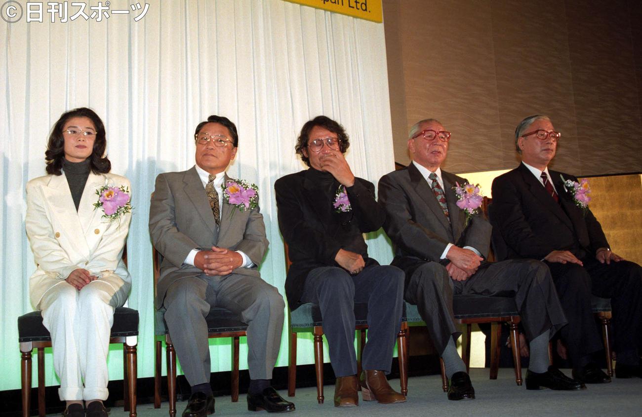 1994年10月11日、第7回日本メガネベストドレッサー賞を受賞した大林宣彦監督(中央)