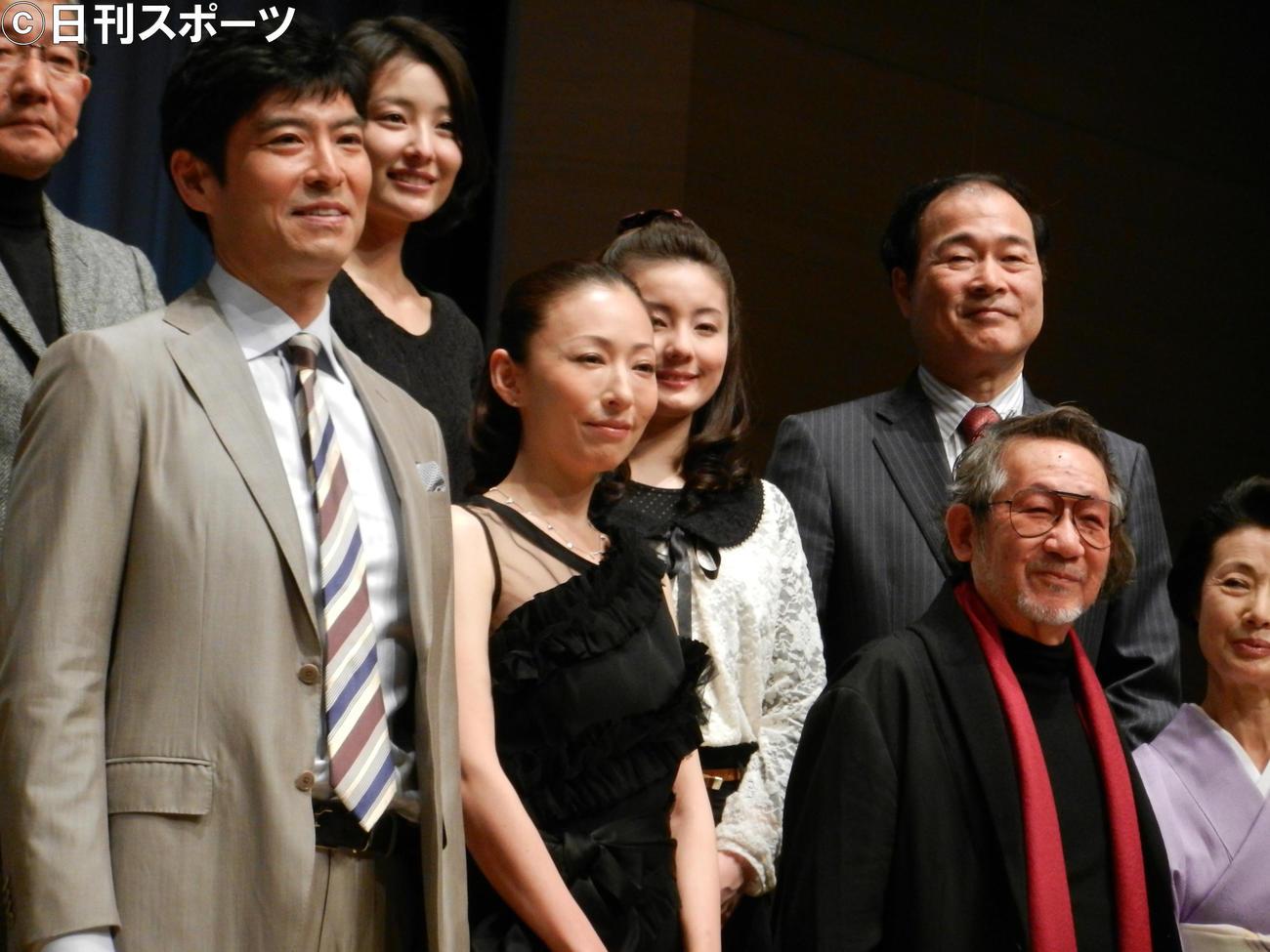 映画「この空の花 長岡花火物語」完成披露試写会に出席した、左から高嶋政宏、松雪泰子、大林宣彦監督(2012年2月24日撮影)