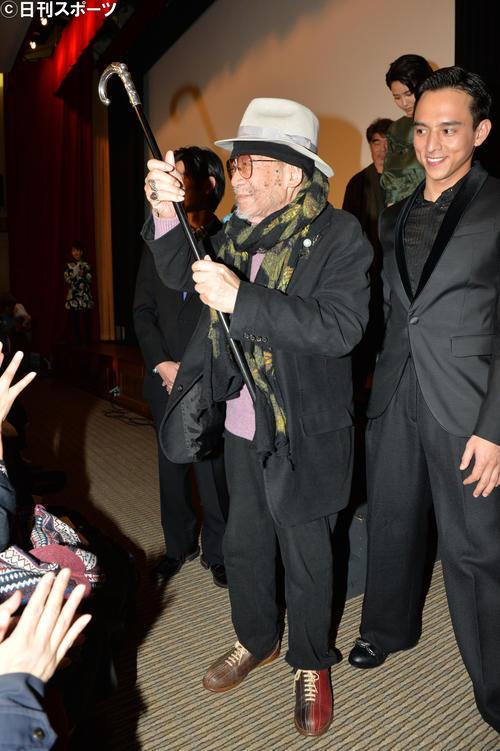 映画「花筐/HANAGATAMI」初日舞台あいさつを終え、客席に笑顔でつえを上げる大林宣彦監督。右は満島真之介(2017年12月16日撮影)