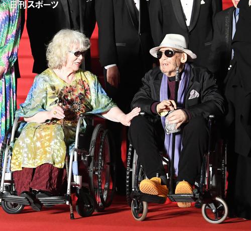 東京国際映画祭のレッドカーペットで、復帰した大林宣彦監督。左は大林恭子プロヂューサー(2019年10月28日撮影)