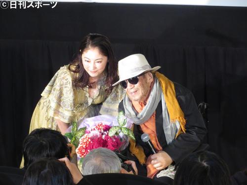 東京国際映画祭特別功労賞贈呈式 花束を贈呈した常盤貴子(左)と写真撮影する大林宣彦監督(2019年11月1日撮影)