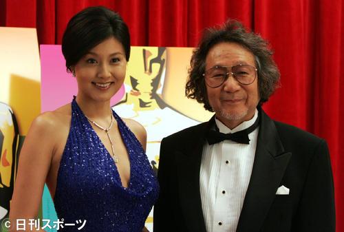 大林監督(右)との記念撮影に応じる藤原紀香(04年11月26日撮影)