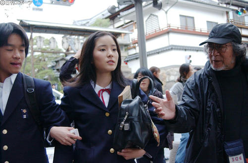 映画「転校生」ロケ 蓮仏美沙子(中央)と森田直幸(左)は大林宣彦監督の演技指導を受ける(06年11月14日)
