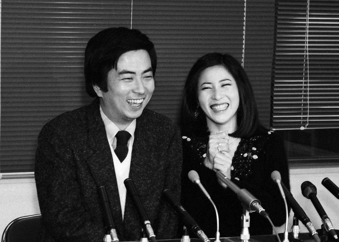 大和田獏(左)と岡江久美子さんの婚約会見(1983年1月10日撮影)