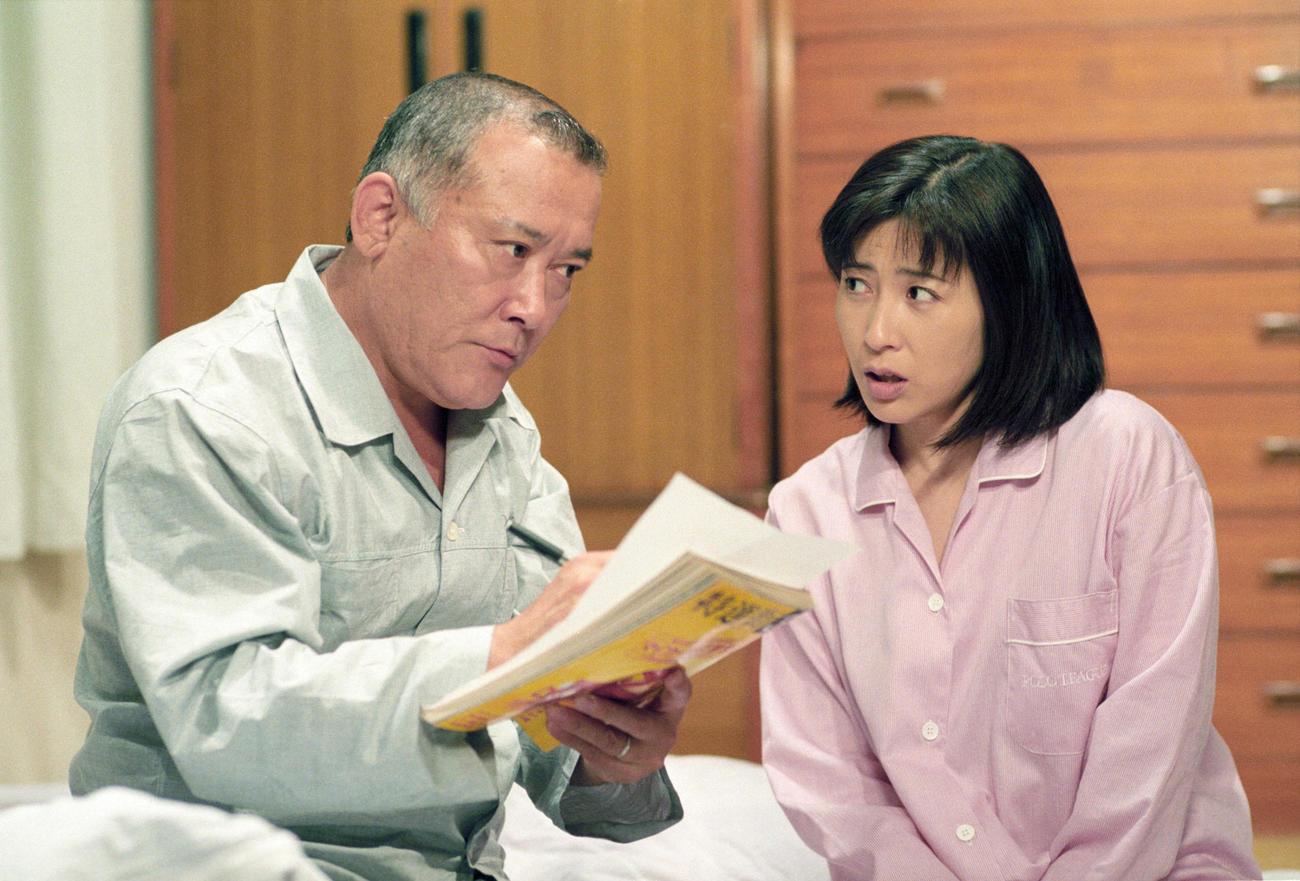 TBS系、愛の劇場「天までとどけ」で大家族の母親役を演じた岡江久美子さん。左は父親役の綿引勝彦(TBS提供)