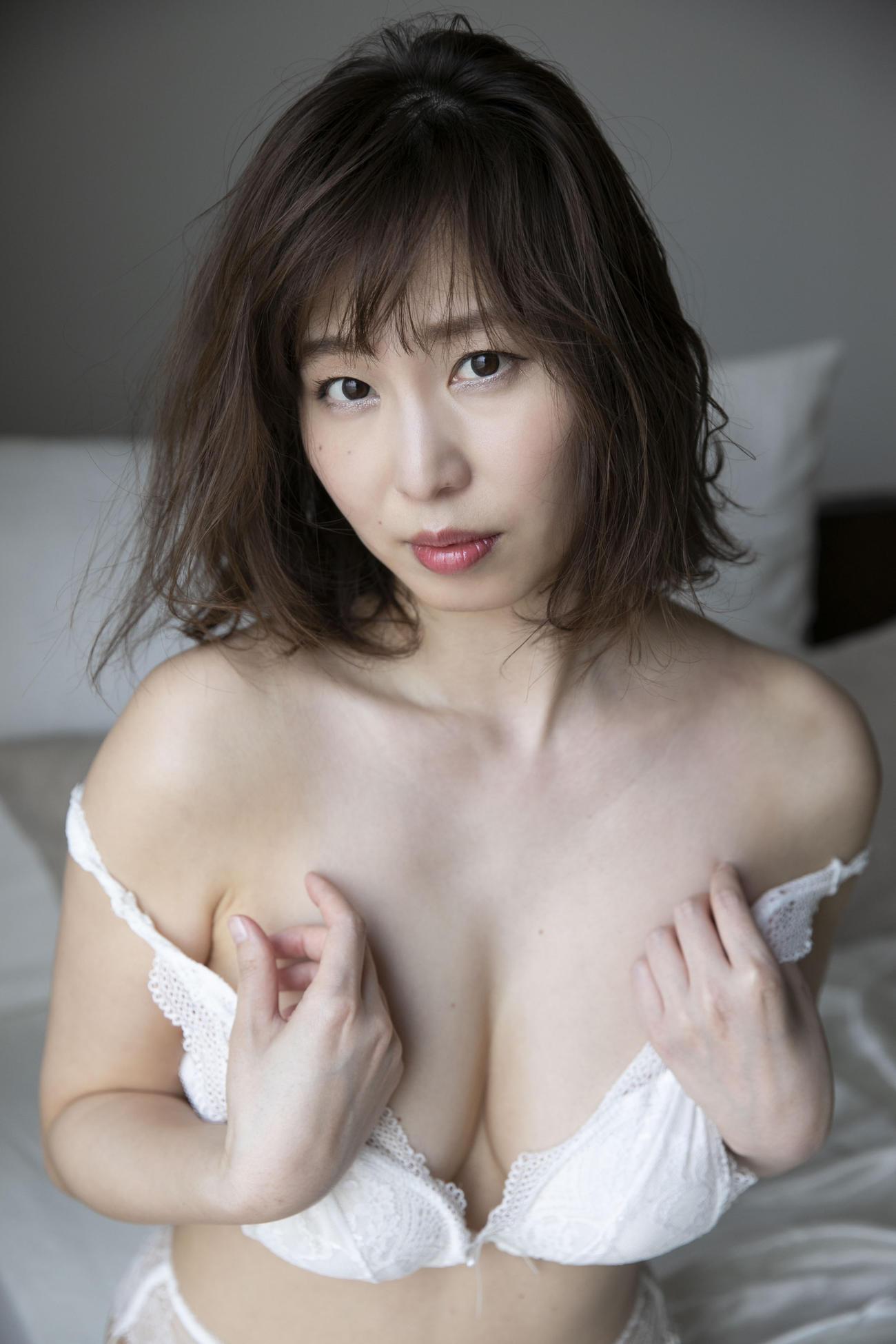 デジタル写真集「好きなんだってば!!」でセクシーショットを披露している塩地美澄