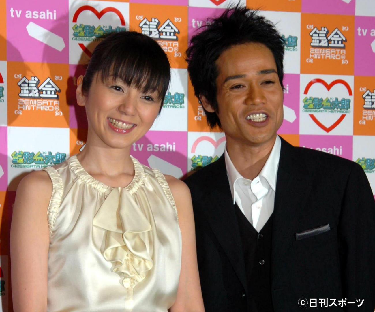 05年4月、結婚を発表するネプチューンの名倉潤と渡辺満里奈(2005年4月6日撮影)