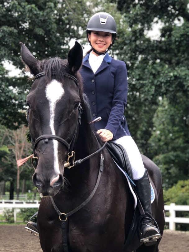 乗馬中に笑顔を見せる、慶大時代の松田和佳アナウンサー