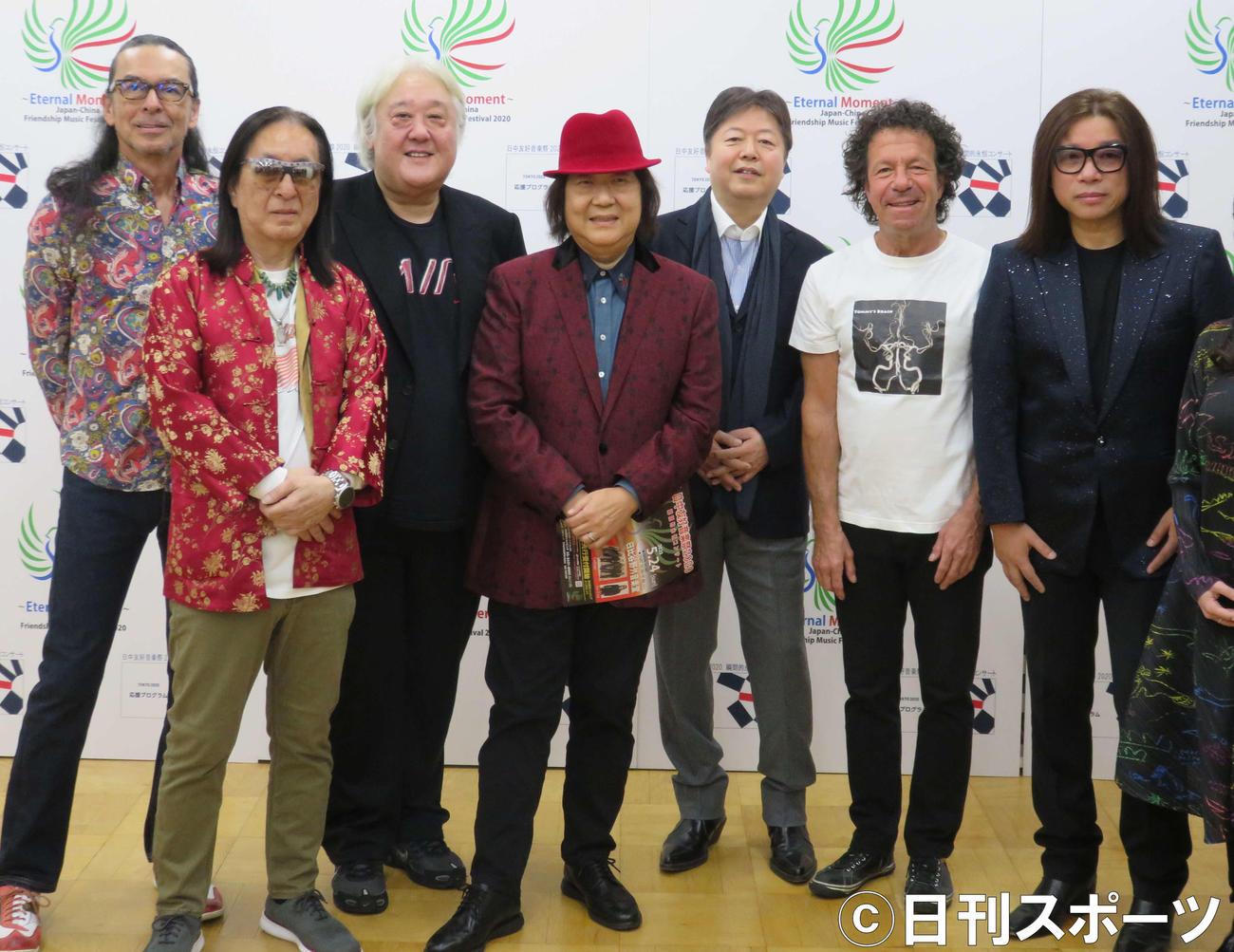 ゴダイゴの、左からスティーブ・フォックス、浅野孝已さん、吉沢洋治、ミッキー吉野、タケカワユキヒデ、トミー・スナイダーと郭峰(2019年11月)