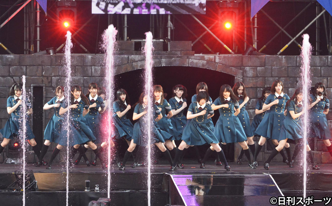 初野外単独ライブ「欅共和国2017」で「サイレントマジョリティー」を披露する欅坂46(2017年7月23日