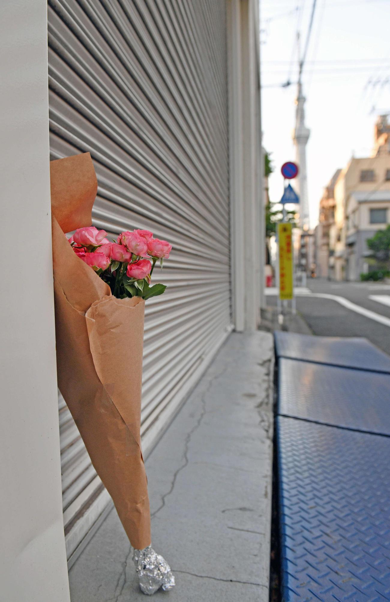 木村さんが所属するスターダムの道場前には、ピンクの花束が置かれていた(撮影・滝沢徹郎)