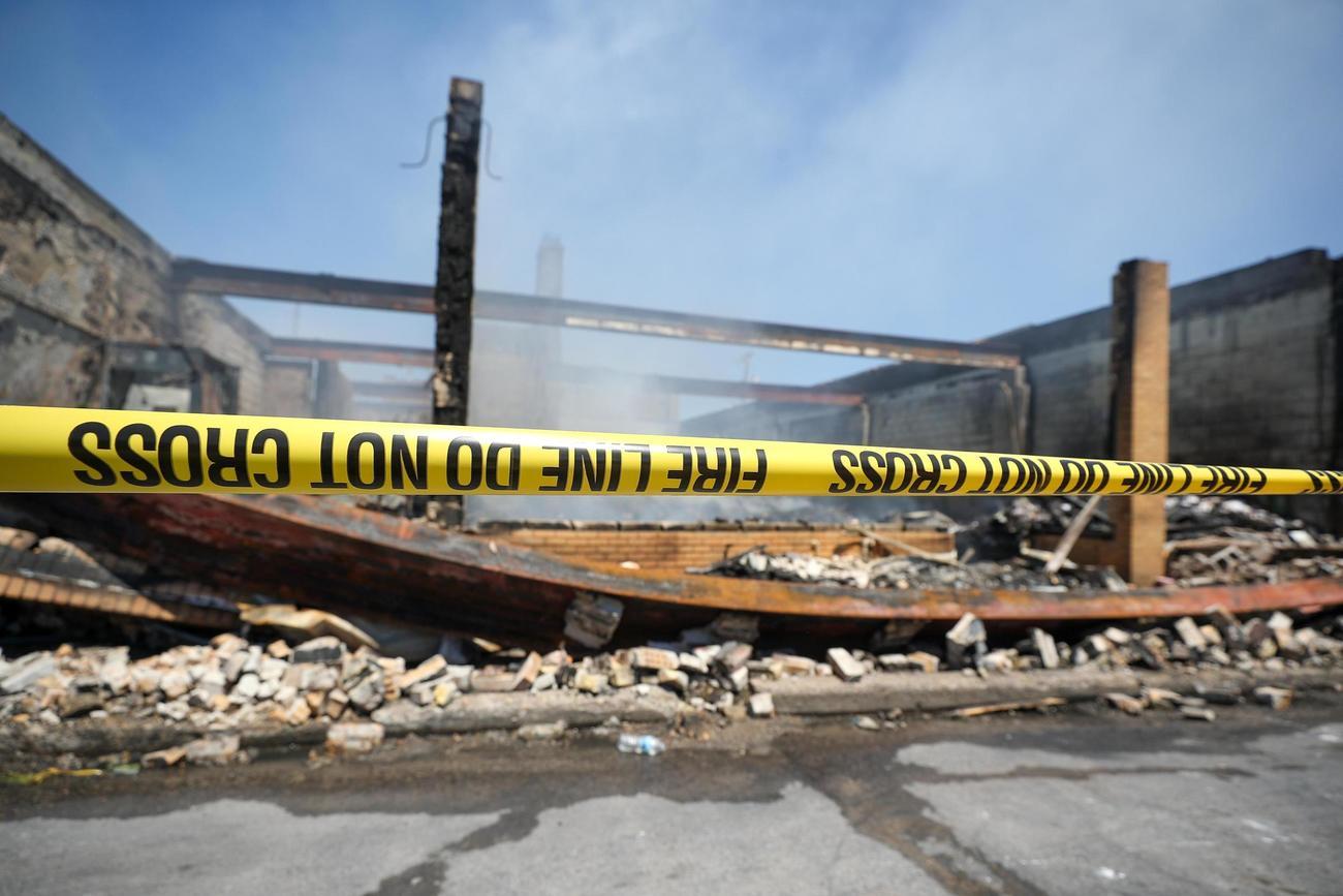 米ミネアポリスで、抗議デモの最中に破壊された建物(ゲッティ=共同)