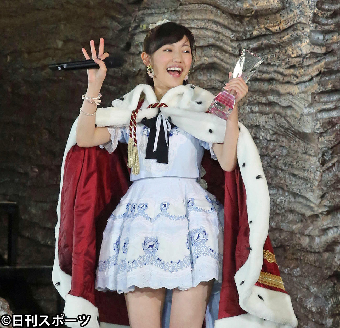 第6回AKB48選抜総選挙開票イベント トロフィーを手に喜ぶ渡辺麻友(2014年6月7日撮影)