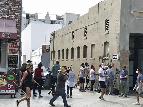 襲撃を受けた店の後片付けを手伝うボランティア(2020年6月1日、撮影・千歳香奈子)