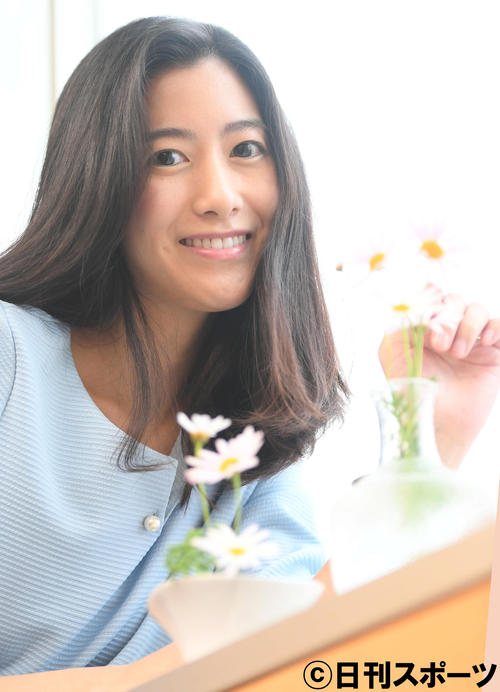 """Chiharuko shows a smile, """"I want to try various things"""" [photographed by Akemi Taemi]"""