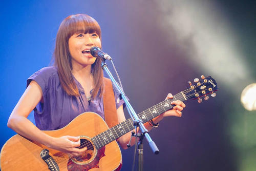 """Hitomi Yaida [photographed by Issei Watanabe] performing a promotional live of the """"Osaka Prefecture Cultural Arts Activity [Live Streaming for No Spectators] Support Project"""""""
