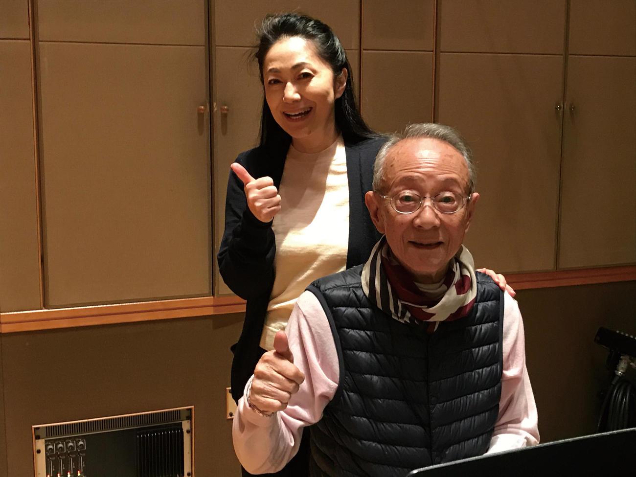 昨年12月にスタジオ収録した際の石川さゆり(左)と服部克久さん