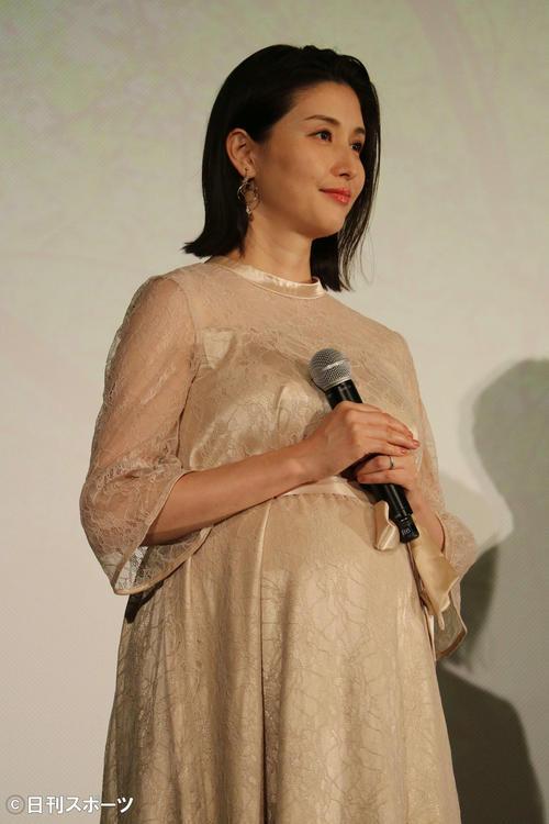 映画「癒しのこころみ 自分を好きになる方法」の完成披露舞台あいさつに出席した橋本マナミ