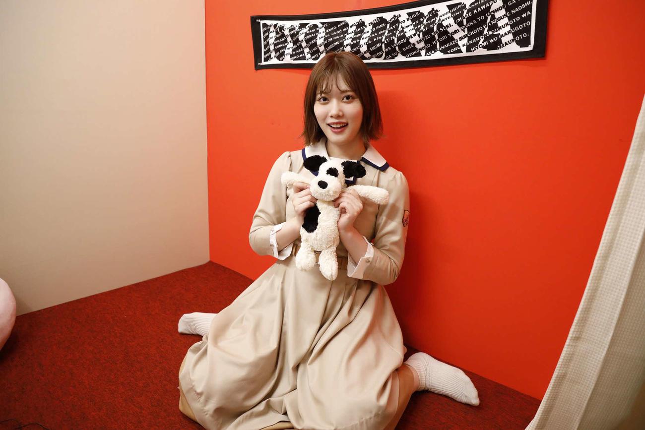 ABEMA「乃木坂46時間TV」個室ブースで笑顔を見せる伊藤純奈