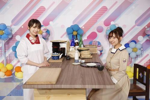 ABEMA「乃木坂46時間TV」で料理店企画に挑戦した秋元真夏(左)。右は新内眞衣