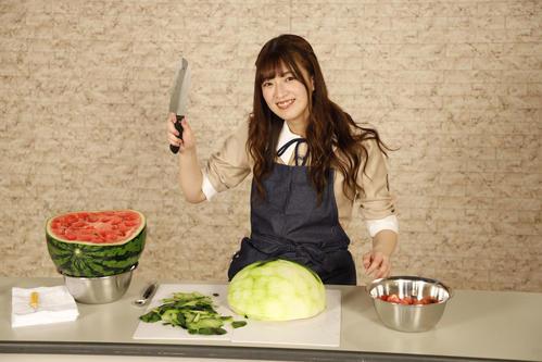 ABEMA「乃木坂46時間TV」でスイカを調理する吉田綾乃クリスティー