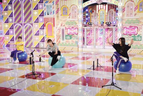 ABEMA「乃木坂46時間TV」でトレーニングに挑戦する(左から)向井葉月、阪口珠美、梅澤美波