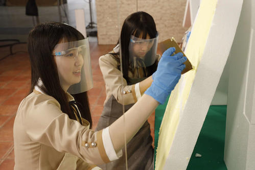 ABEMA「乃木坂46時間TV」でお菓子の家を作る松尾美佑(左)と黒見明香