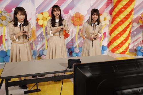 ABEMA「乃木坂46時間TV」でゲーム対決をする(左から)秋元真夏、佐藤楓、北野日奈子
