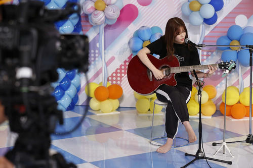 ABEMA「乃木坂46時間TV」でギターを演奏する岩本蓮加